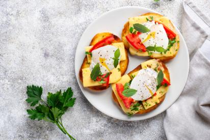 ساندویچ تخممرغ پیتزایی صبحانه سالم و مقوی برای دانش آموزان