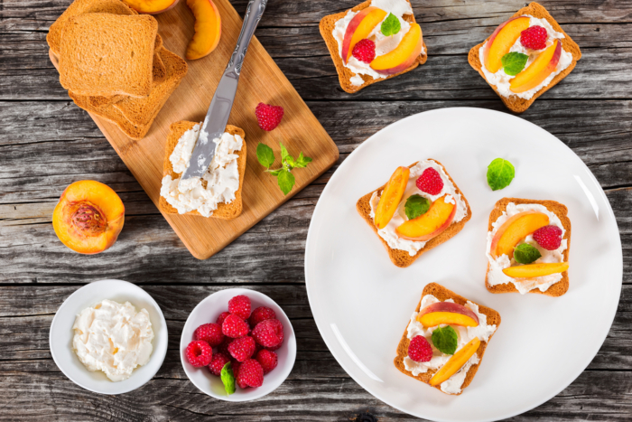 ترکیب پنیر یونانی و میوه برای صبحانه ورزشکاران حرفهای
